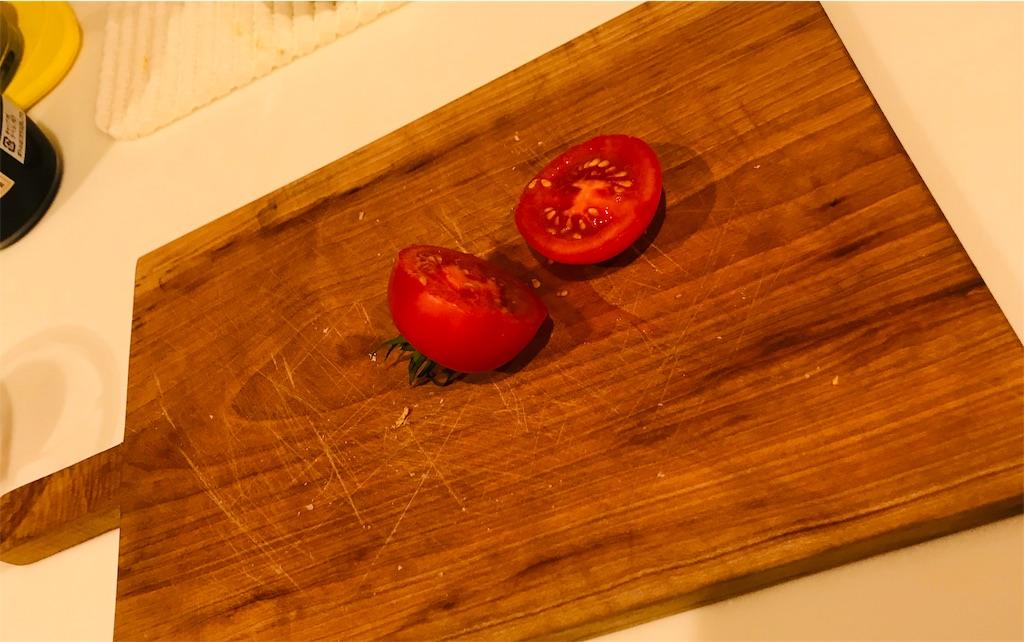 プチトマトを真ん中辺りを切る