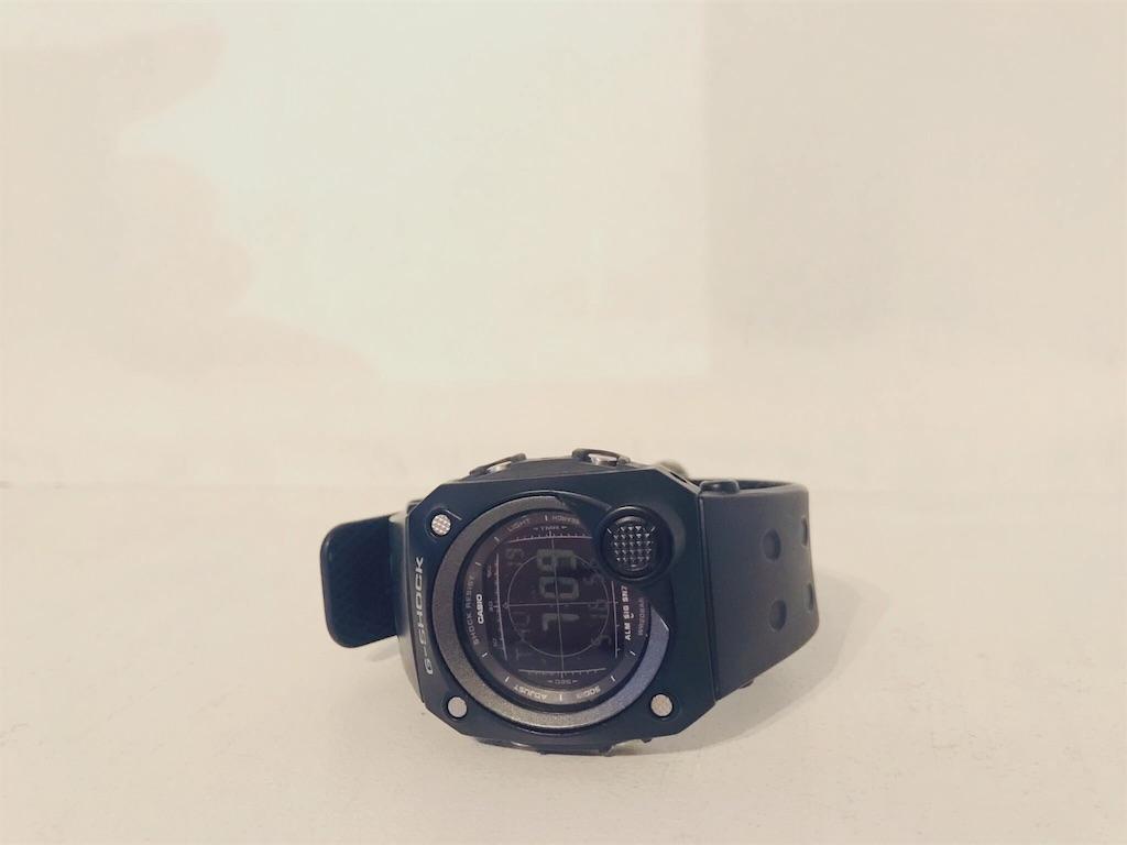 ブラックのデジタル式腕時計