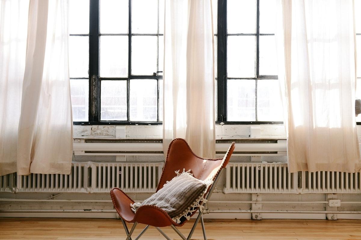 椅子 枕 窓 カーテン