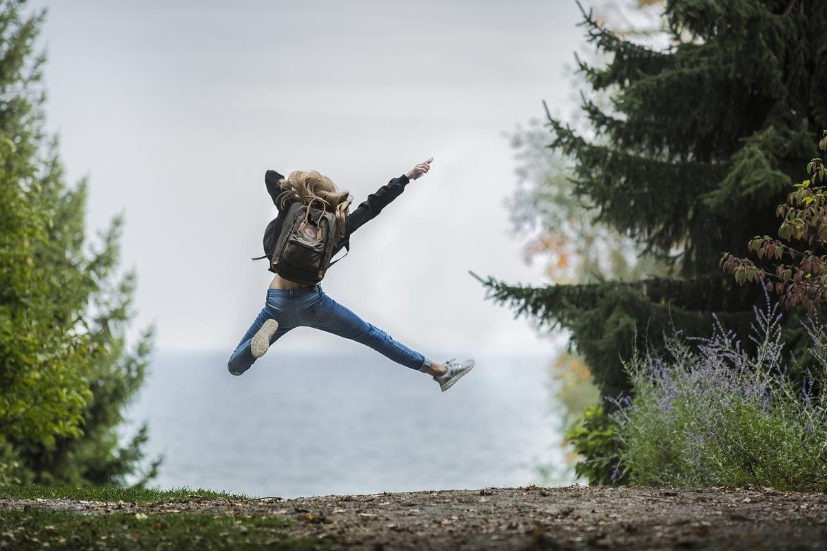 アドベンチャー ブロンドの髪 探索 女の子 ジャンプ 海 経路 幸せ 幸福 喜び 興奮