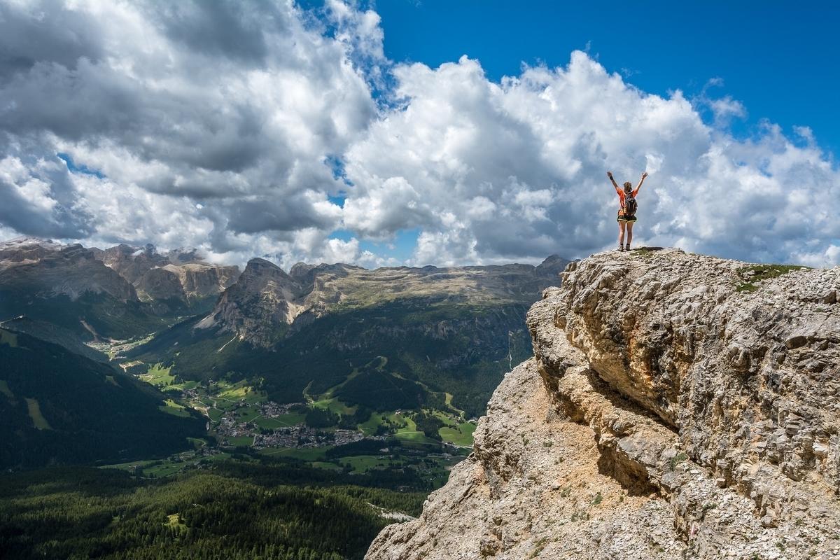 人 山の上 達成します 山 達成 成功しました 目標 自由 登山 幸せ 興奮