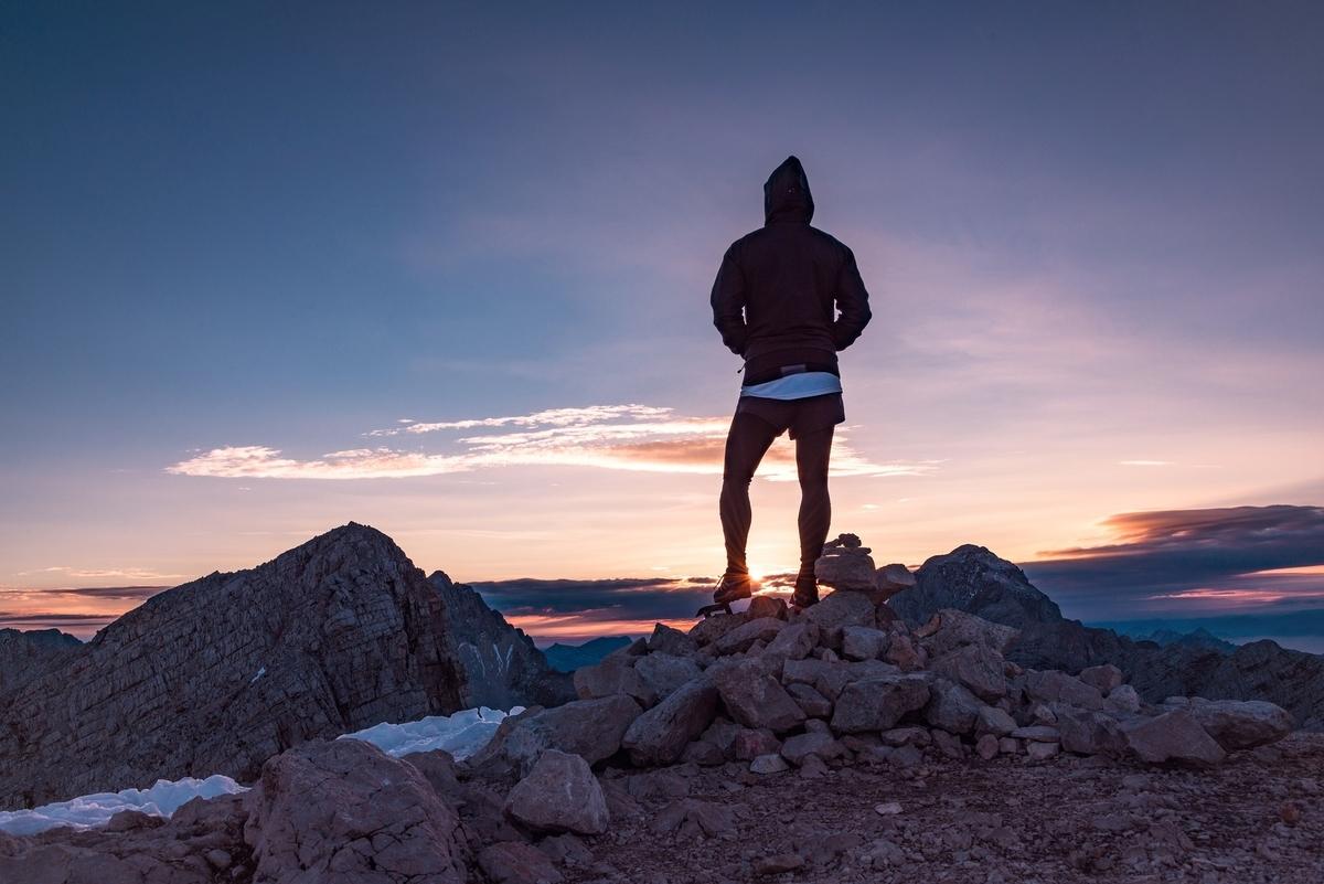 人 ハイカー ピーク サミット ページのトップへ アドベンチャー ライフスタイル 山