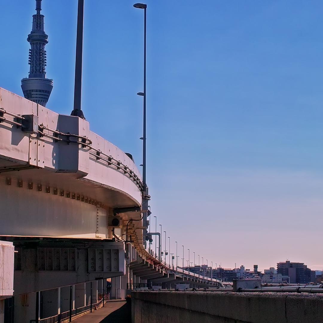 首都高速6号向島線が彼方に延び東京スカイツリーがその上にのぞいている