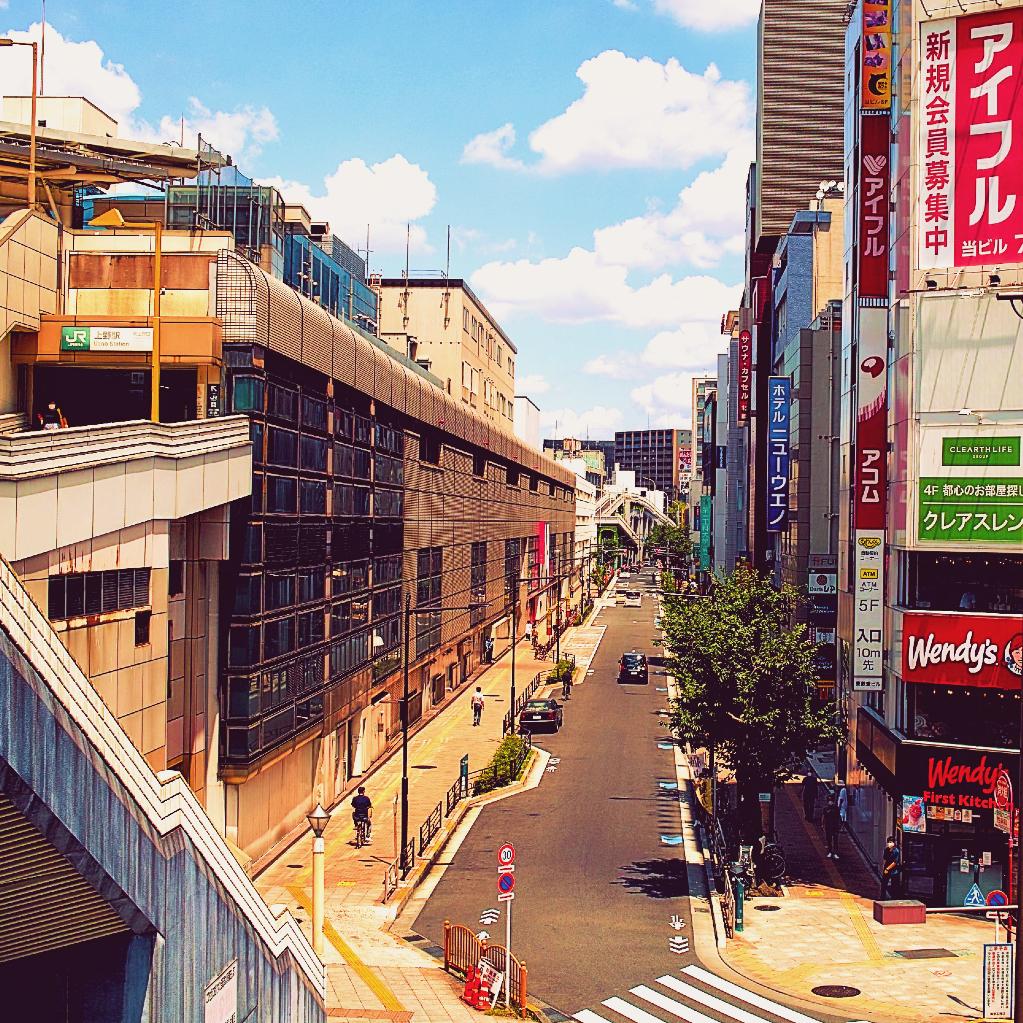JR上の駅の入谷口方面の道路を撮った写真