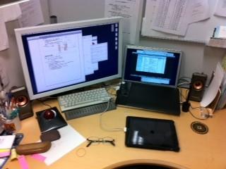 キーボード、トラックボール、iPad、モニタとMaaBookPro