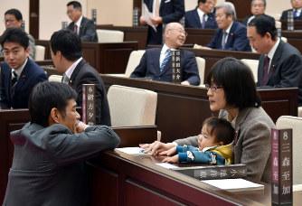 赤ちゃんを連れた熊本の女性市議