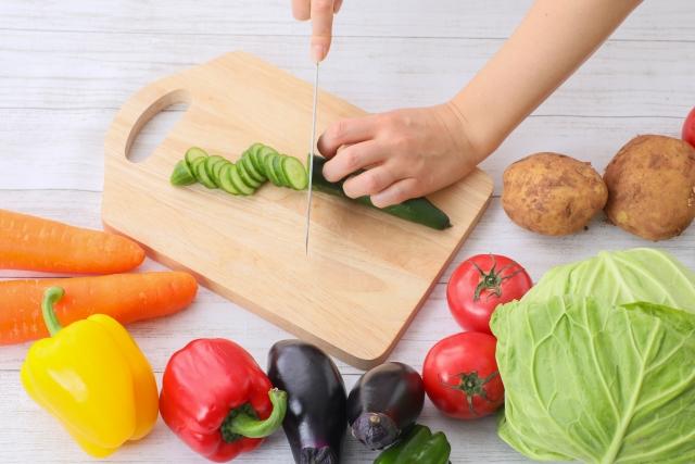 野菜を切る女性