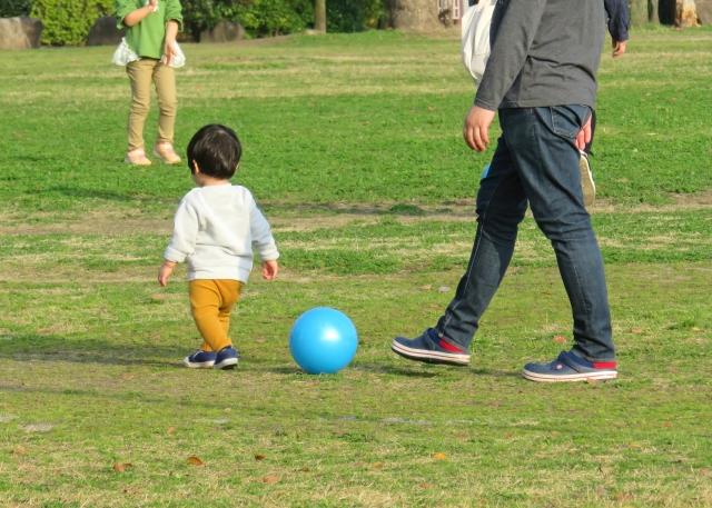 子供と遊ぶ男性