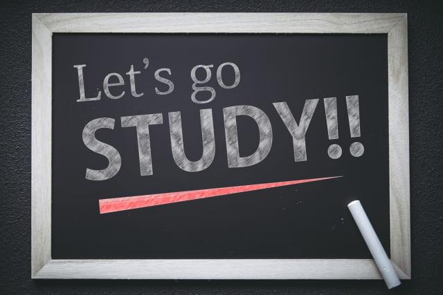 英語で「勉強しよう」と書かれた黒板