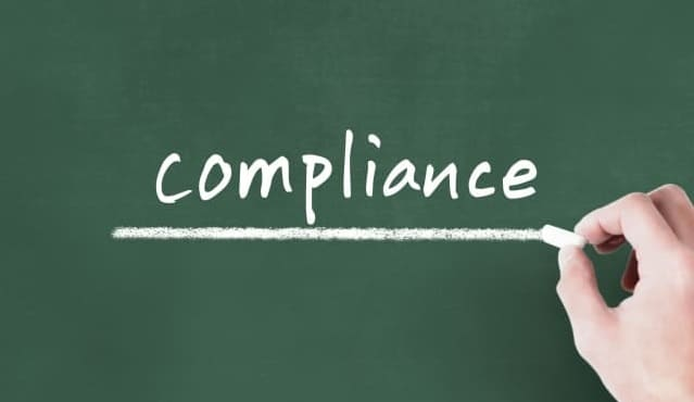 「compliance」と書かれた黒板