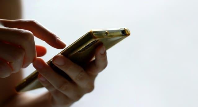 スマートフォンでSNSにアクセスする人