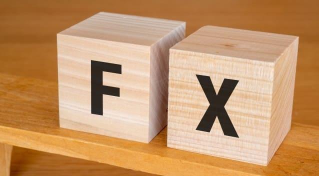 「FX」と書かれた木製のブロック