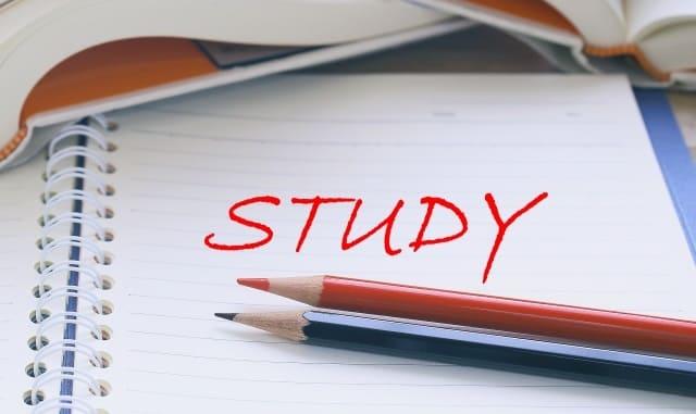 「STUDY」と書かれたノートと鉛筆2本