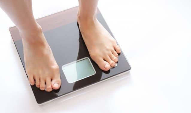 ダイエットのため体重測定をする人
