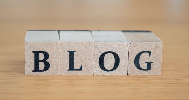「BLOG」と書かれた木のブロック