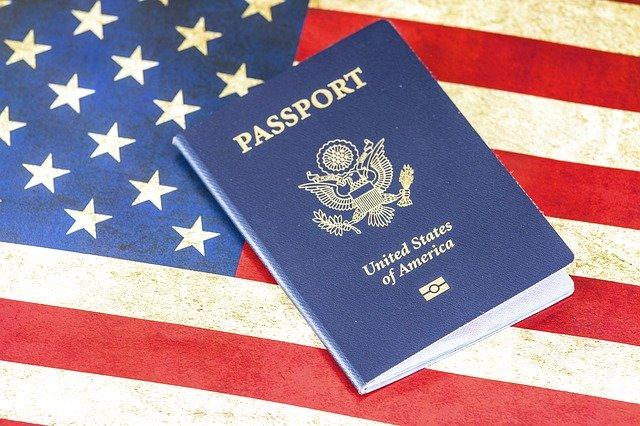 アメリカ国旗とパスポートの画像