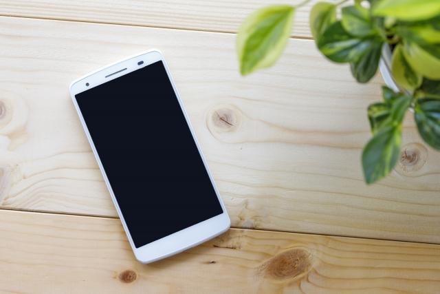 机上の携帯電話の画像