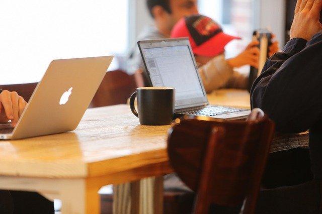 カフェでパソコン操作する人の画像