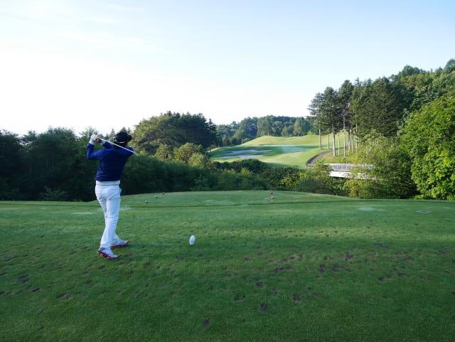 ゴルフをしている男性の画像