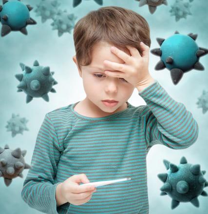 体温計を持つ少年の画像