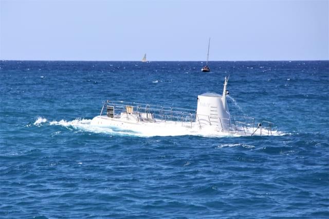 浮上する潜水艦の画像