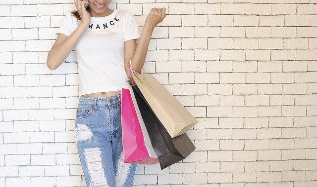 ショッピングする女性の画像