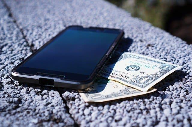 スマホと1ドル札の画像