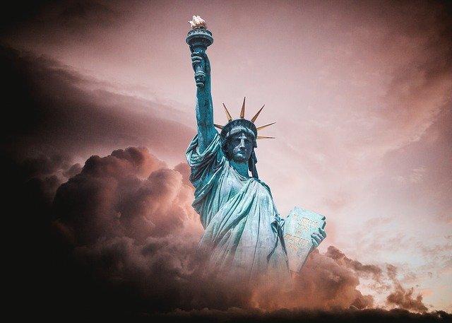 雲にのまれる自由の女神像