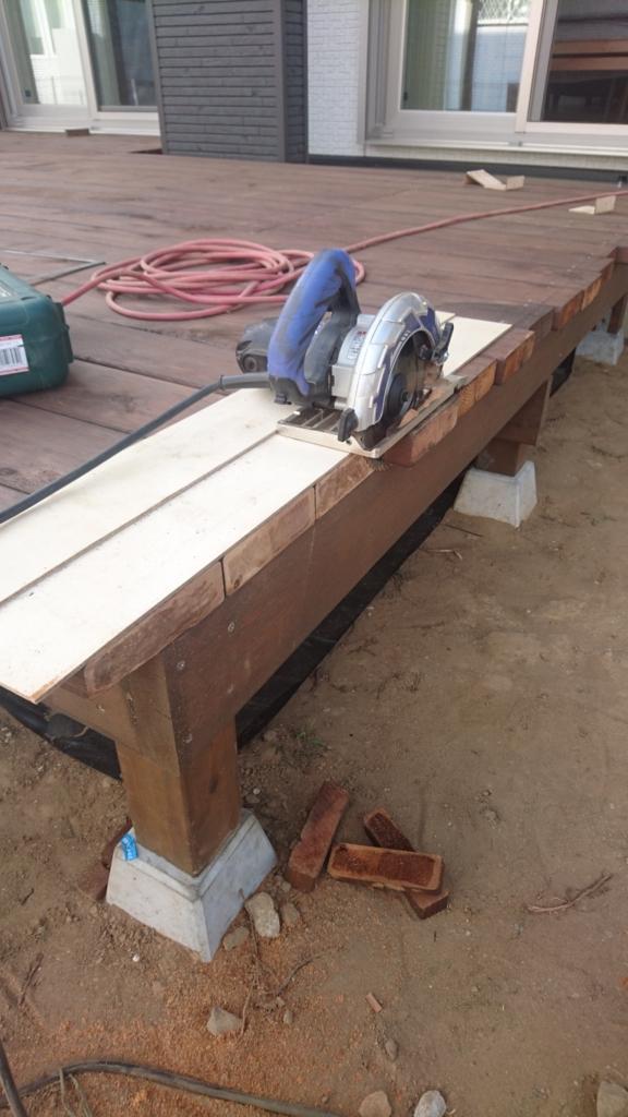 ウッドデッキDIY 床板の端を揃える