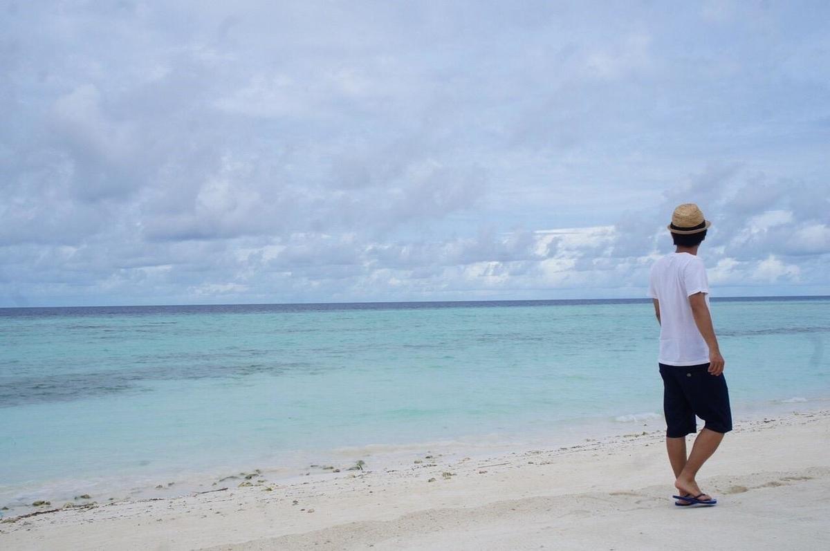 モルディブの海辺を歩く