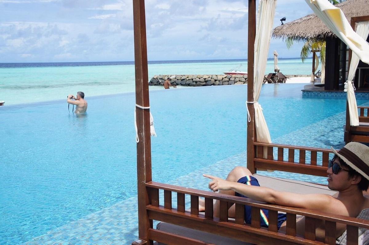 モルディブのプールのベッド