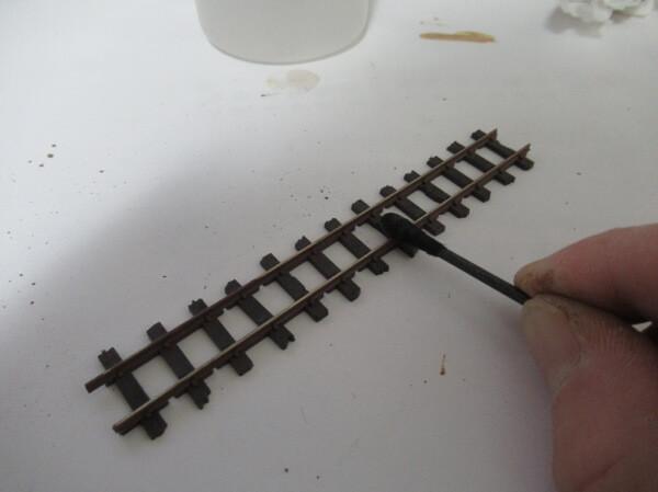ハンブロールのエナメル塗料でレールの錆を塗装する!筆塗りとエアーブラシの比較