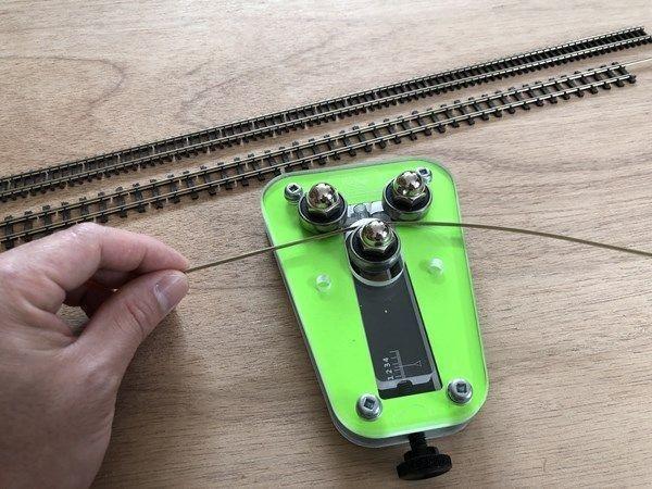 レールベンダーを使ってフレキや引き抜きレールをきれいに簡単に曲げる方法