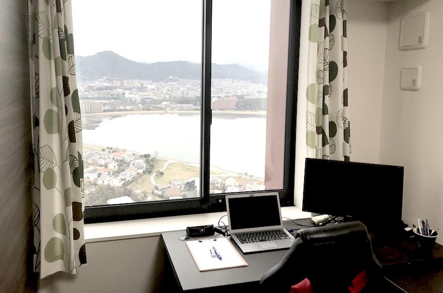 福岡の景色を一望できる高層マンションの窓際!社内ダントツ贅沢なワークスペースかも?