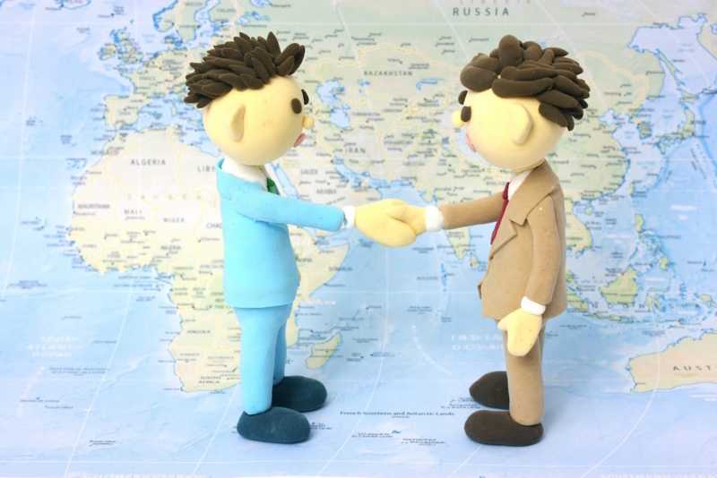 人形同士の挨拶【世界地図上】
