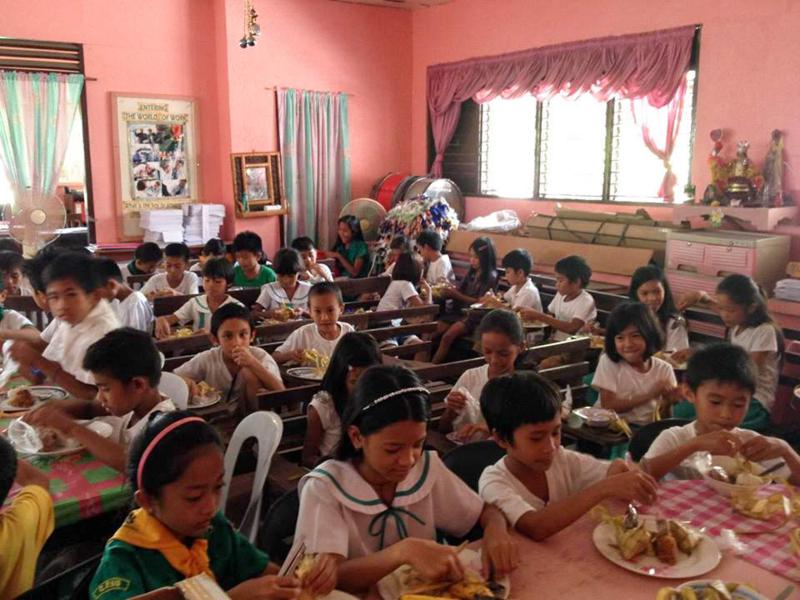 昼食を食べる子どもたち