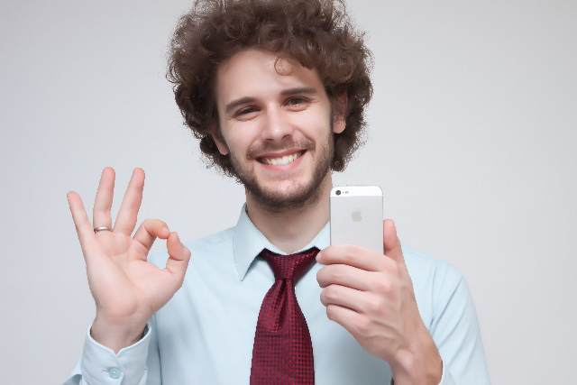 顔文字を使いこなしている笑顔の男性