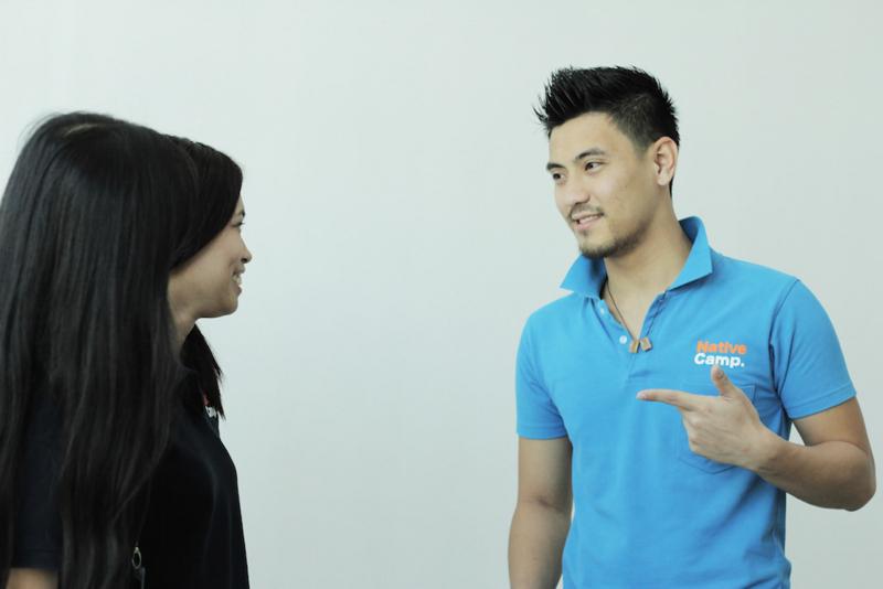 質問をする英会話男性スタッフ