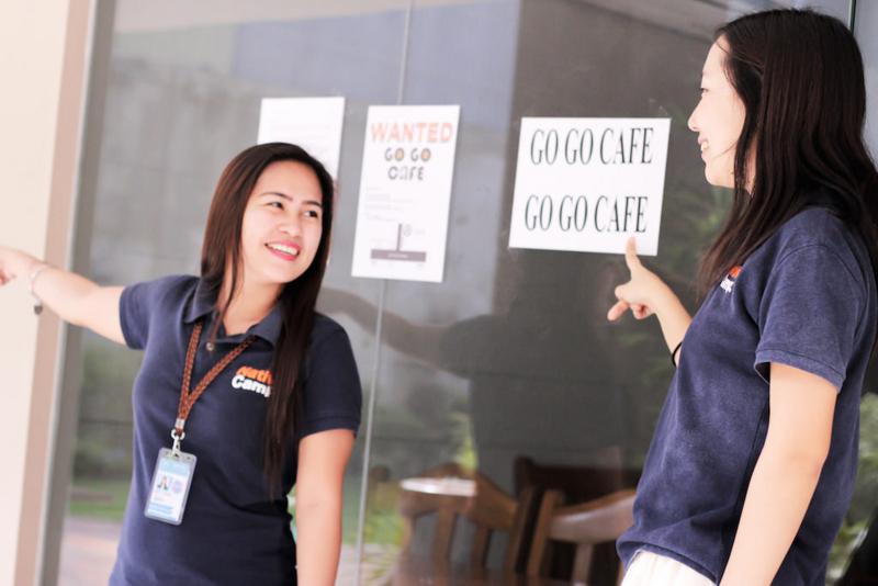 カフェテリアへの行き方を教える、ネイティブキャンプ女性講師