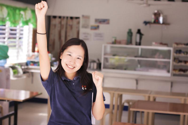 目的地のカフェテリアに到着して、喜ぶネイティブキャンプ女性スタッフ