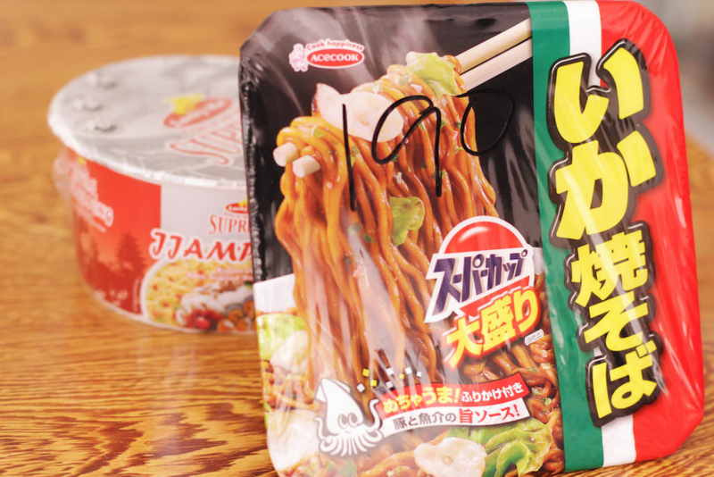 カフェテリアの高価商品「カップ麺」