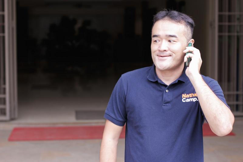 妻に電話をする日本人夫
