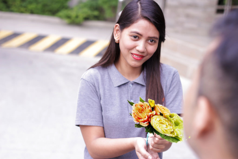 お花のブーケで、結婚二ヶ月記念を祝うフィリピン人妻