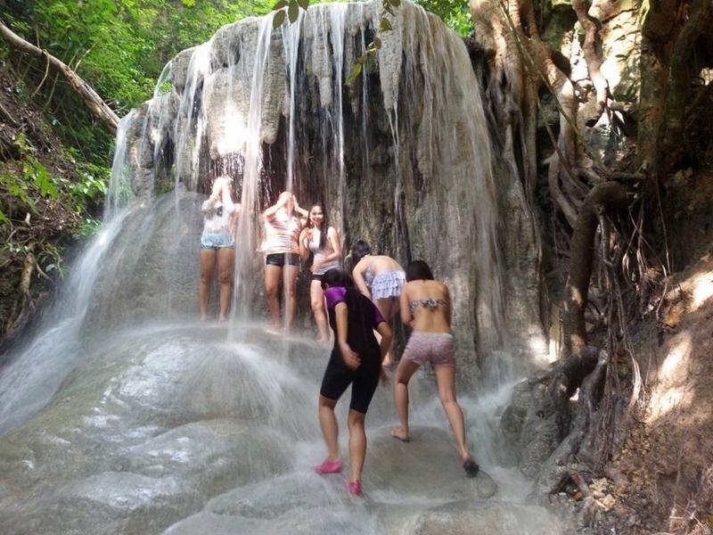 滝を浴びる人々