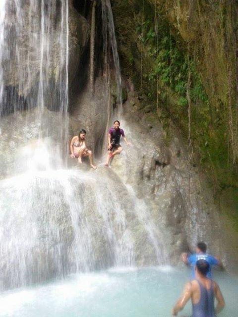 滝を浴びる人々(2)