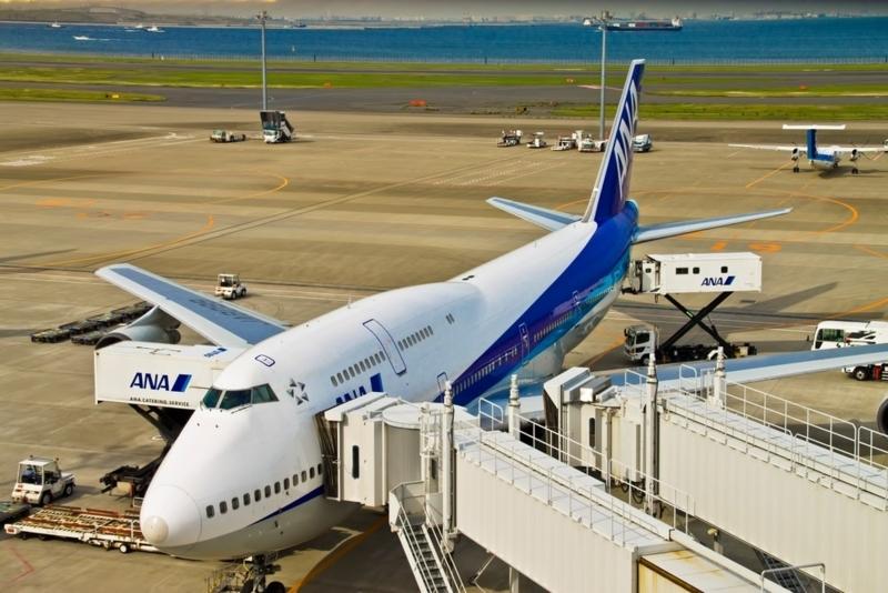 空港にある白いANAの飛行機