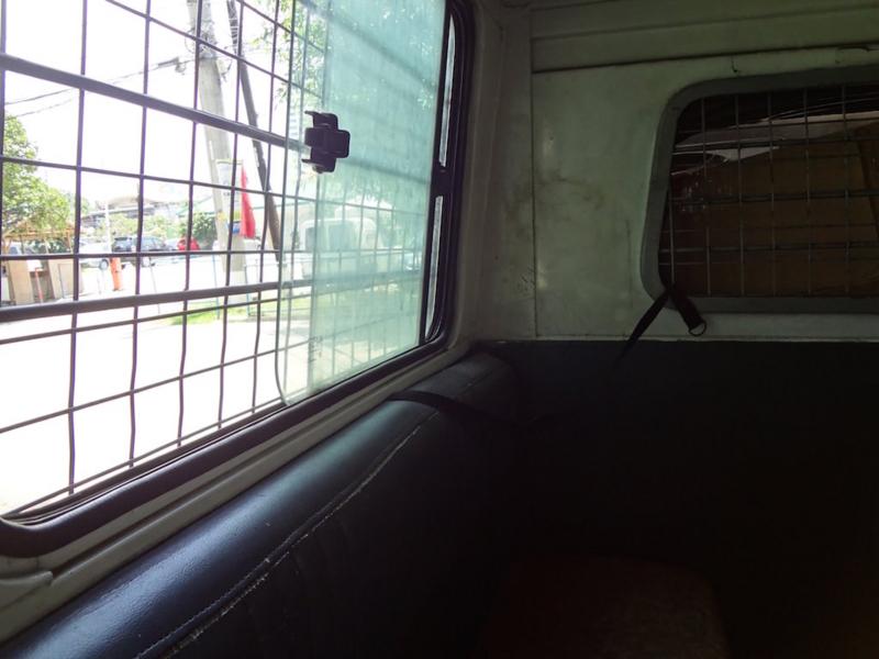 護送車の中(2)