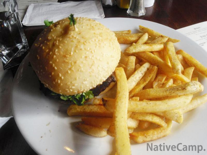 巨大ハンバーガーとフライドポテト