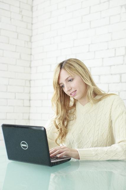 パソコンを触る外国人女性