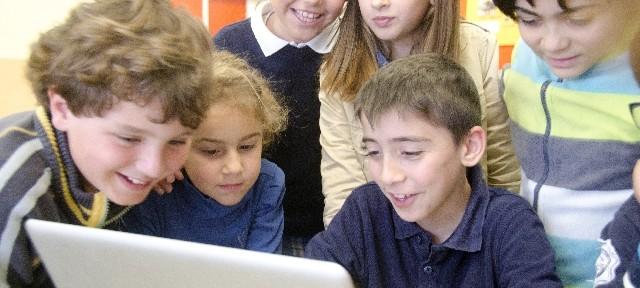 パソコンを覗き込む外国人の子供たち